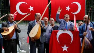 Juglares turcos cantan durante una protesta contra los EE. UU. Estambul, Turquía, el 16 de agosto de 2018.