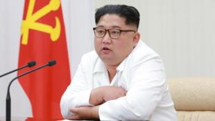 Le leader nord-coréen Kim Jong-un, lors d'une réunion de la Commission militaire centrale, sur une photographie non datée.