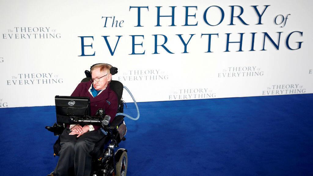 """Stephen Hawking llega al estreno en Reino Unido de la película """"The Theory of Everything"""", que se basa en su vida, el 9 de diciembre de 2014."""