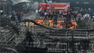 فرق الإطفاء والإغاثة الإندونيسية في موقع حريق مصنع ألعاب نارية 26تشرين الأول/أكتوبر2017