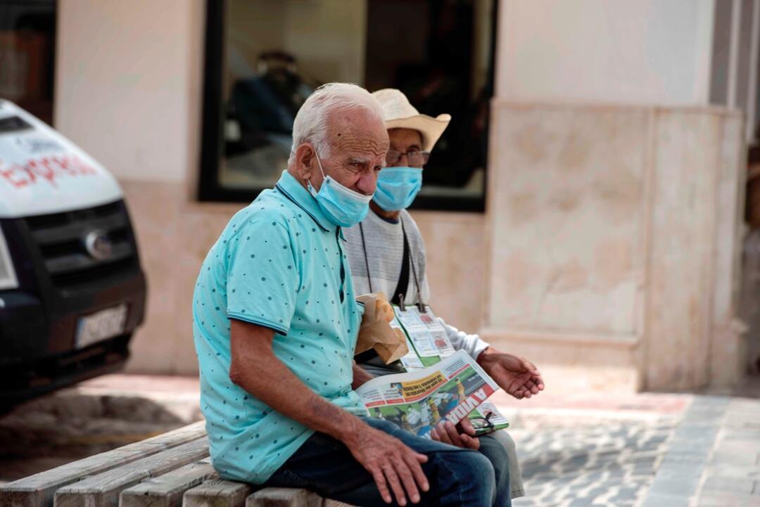 Dos ancianos con mascarillas el 9 de julio de 2020 en Mahón, España, en medio de la pandemia por Covid-19.