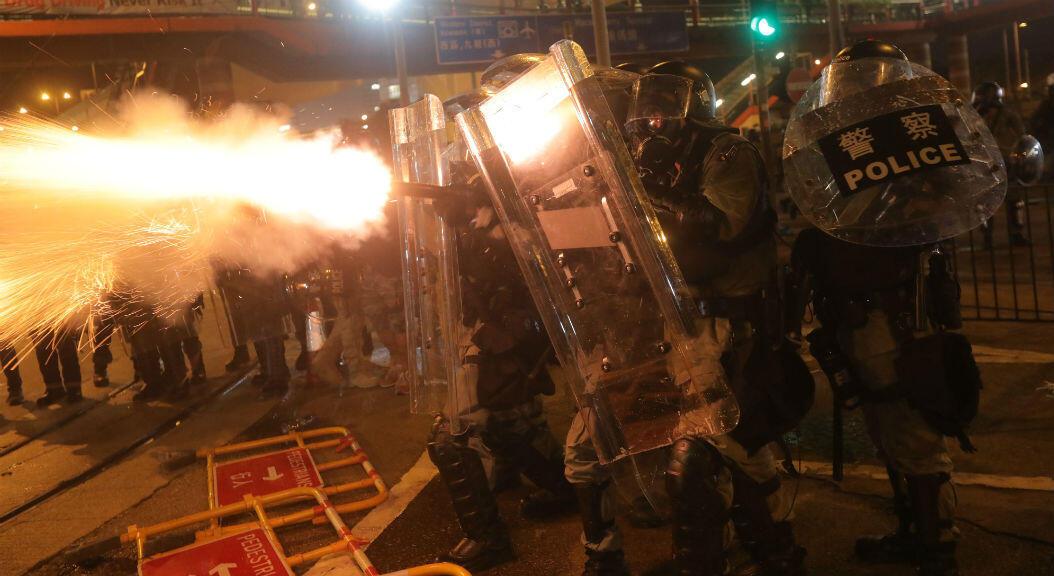 La policía de Hong Kong lanza gases lacrimógenos a los manifestantes, durante una protesta el 28 de julio de 2019.
