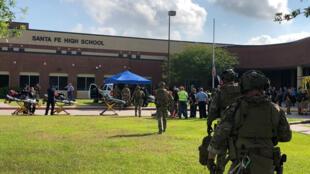 Efectivos de las fuerzas de seguridad se encuentran en la secundaria Santa Fe de Texas, Estados Unidos, para controlar la situación tras el tiroteo.
