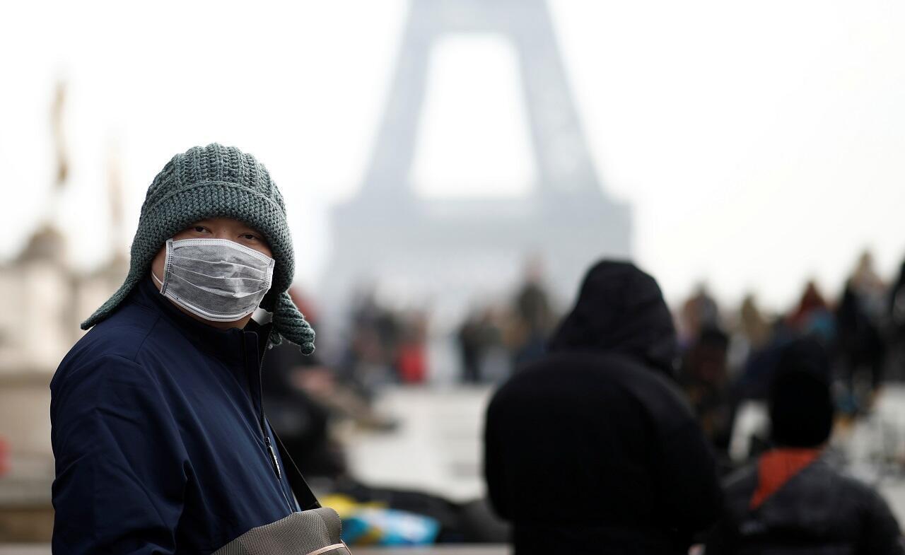 Un hombre usa una máscara facial en la explanada de Trocadero frente a la Torre Eiffel en París, Francia, el 25 de enero de 2020. Francia confirmó tres casos del nuevo coronavirus.
