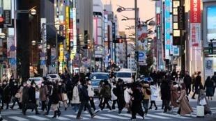 Des piétons dans le quartier de Shinjuku, le 13 janvier 2021 à Tokyo