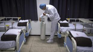Un membre de l'équipe médicale de l'hôpital militaire marocain, à Nouaceur, au sud de Casablanca, vérifie une bouteille d'oxygène le 18 avril 2020