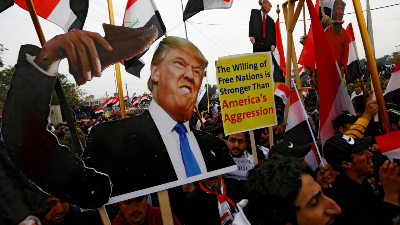 """Partidarios del clérigo chiíta iraquí Muqtada Al-Sadr protestan contra """"las violaciones estadounidenses"""" en Irak."""