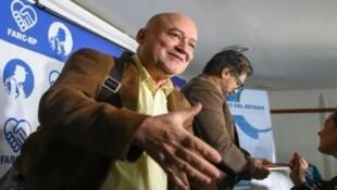 رودريغو الموناسيد, فلورنس بانوسيان | كارلوس انطونيو لوزادا (يسار) وإيفان ماركيز في بوغوتا في 24 تموز/يوليو 2017
