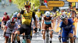 Wout Van Aert (centro) logró superar a destacados velocistas para ganar la décima etapa del Tour de Francia el 15 de julio de 2019.