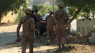 Des forces de sécurité pakistanaises sur les lieux de l'attaque qui a visé vendredi le consulat de Chine à Karachi.