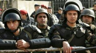 قوات أمن لبنانية أمام مدخل وزارة الطاقة في بيروت في 2007