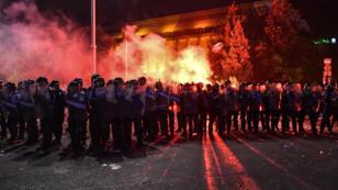 Un millier de gendarmes et de policiers anti-émeute sont intervenus pour évacuer la place de la Victoire, théâtre d'échauffourées provoquées, selon la gendarmerie.