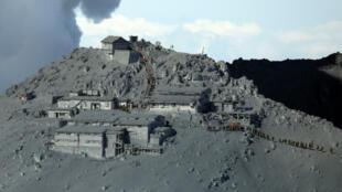 Les pentes du Mont Ontake recouvertes d'un épais manteau de cendres après l'éruption de son volcan.