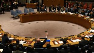 L'ambassadeur russe Vassily Nebenzia lève la main pour opposer son veto à la résolution sur la poursuite de l'enquête sur les armes chimiques en Syrie, au conseil de sécurité de l'ONU le 24octobre 2017.