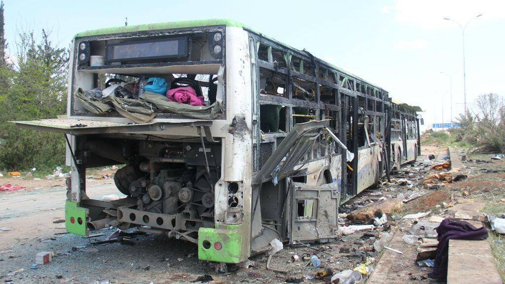 حافلات محترقة ومدمرة إثر التفجير في الراشدين قرب حلب