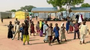 أطفال في مخيم دالوري للنازحين قرب مايدوغوري في شمال شرق نيجيريا في 19 أيار/مايو 2016
