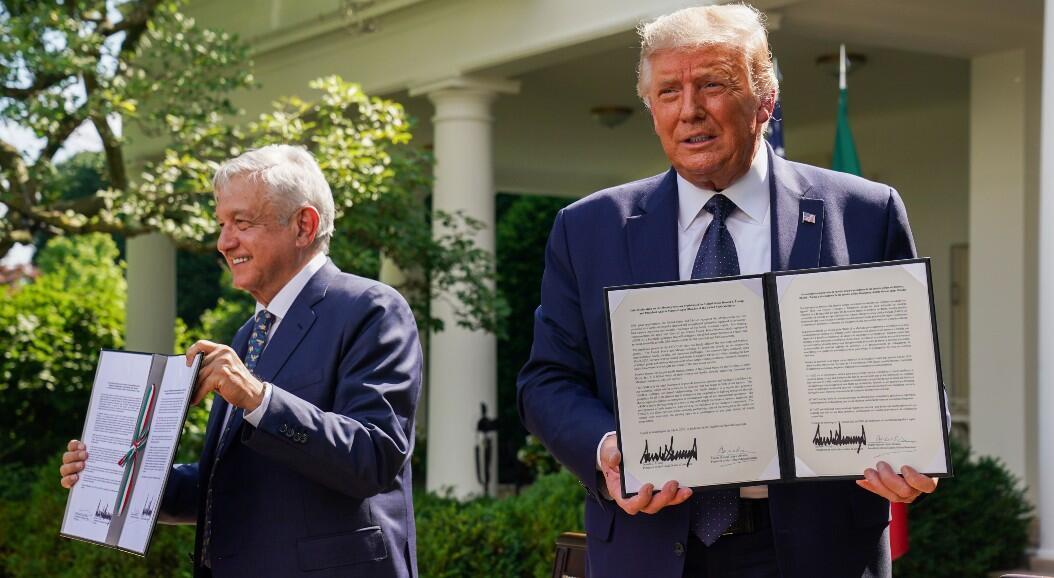 El presidente de México, Andrés Manuel López Obrador y su homólogo estadounidense, Donald Trump, muestran copias de declaraciones conjuntas que firmaron, en los jardines de la Casa Blanca, en Washington, EE. UU., el 8 de julio de 2020.