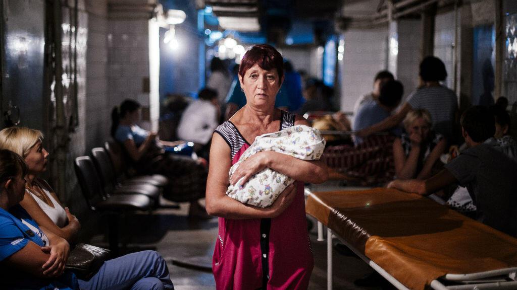 Une femme tient son bébé dans un abri anti-atomique d'un hôpital de Donetsk pendant les bombardements, août 2014.