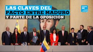 Representantes del Gobierno Nicolás Maduro posan junto a líderes de un fragmento de la oposición durante la firma de un acuerdo para destrabar la crisis en el país petrolero en la que gran parte de la oposición no participó. Caracas, Venezuela, el 16 de septiembre de 2019.