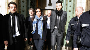 La fille de Liliane Bettencourt, Françoise Bettencourt-Meyers, accompagnée de ses enfants Jean-Victor et Nicolas, quittent le palais de justice de Bordeaux, vendredi 30 janvier.
