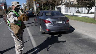 عناصر الشرطة والجيش كثفوا عمليات التحقق من تصاريح التنقل لدى السائقين
