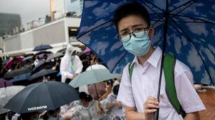Estudiantes de secundaria realizan una huelga mientras participan en una protesta en Hong Kong, el 2 de septiembre de 2019.