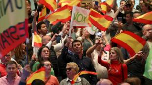 Simpatizantes del partido de ultraderecha Vox participan de un acto en Toledo, España, el 11 de abril de 2019.