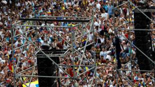 El líder opositor venezolano Juan Guaido, saluda a sus partidarios durante un mitin contra el gobierno del presidente venezolano Nicolás Maduro en Caracas, Venezuela, el 4 de marzo de 2019.