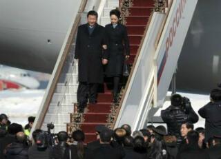 Xi Jinping et son épouse Peng Liyuan à leur descente de l'avion présidentiel à Moscou.
