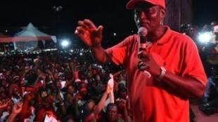 المرشح الرئاسي للحزب الحاكم في سيراليون سامورا كامارا في مهرجان انتخابي في ميكيني في 05 آذار/مارس 2018