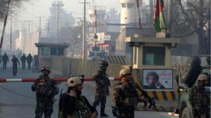 Las fuerzas de seguridad afganas vigilan el complejo de la Agencia de Inteligencia Nacional en Kabul, Afganistán.