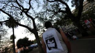 Un hombre lleva una camiseta con una imagen de Santiago Maldonado durante una manifestación en Buenos Aires, Argentina, el 18 de septiembre de 2017.