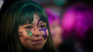 """Una joven participa en la manifestación convocada por """"Ni Una Menos"""" contra los feminicidios en Buenos Aires, el 3 de junio de 2019."""
