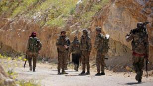 Combatientes de las Fuerzas Democráticas Sirias (SDF) se unen en la aldea de Baguz, Siria, el 20 de marzo de 2019.