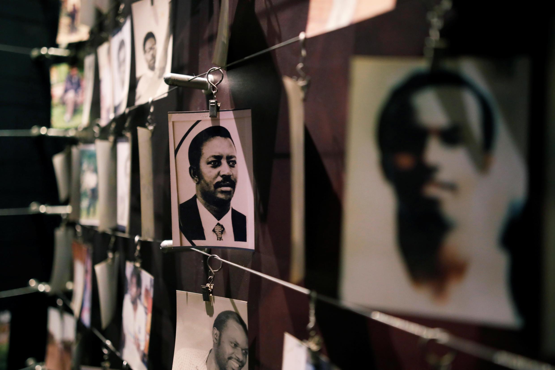 Imágenes de las víctimas del genocidio de Ruanda en una exposición en Kigali, Ruanda, el 6 de abril de 2019.