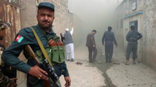 Un oficial de policía afgano hace guardia frente a una mezquita chiíta después de un ataque suicida con bomba en Herat, Afganistán, el 25 de marzo de 2018.