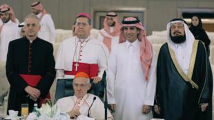 Le cardinal français Jean-Louis Tauran, conseil pontifical pour le dialogue interreligieux (assis), en Arabie Saoudite le 18 avril 2018.