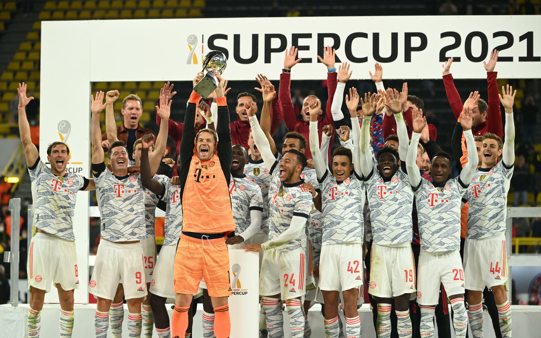La gioia del capitano e portiere del Bayern Monaco Manuel Neuer e della sua squadra sul prato del Portogallo Dortmund il 17 agosto 2021, dopo aver vinto la Supercoppa tedesca.