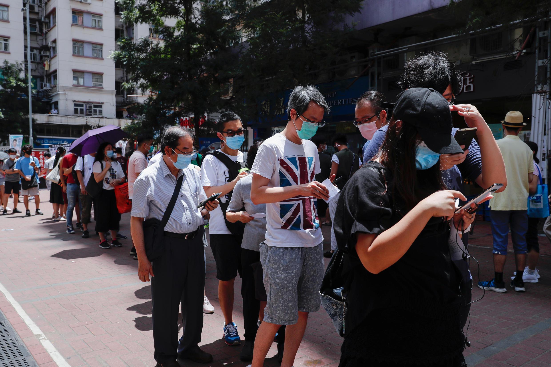 يصطف الناخبون للتصويت خلال الانتخابات التمهيدية التي تهدف إلى اختيار مرشحي أنصار الديمقراطية في هونغ كونغ، 11 يوليو/ تموز 2020.