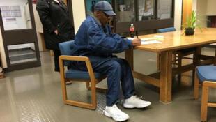O.J. Simpson firma la libertad condicional en el Centro Correccional Lovelock, en Nevada, Estados Unido, el primero de octubre de 2017.