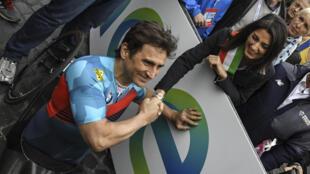 Poignée de mains entre le champion Alex Zanardi et la maire de Rome Virginia Raggi en marge du Marathon de Rome, le 2 avril 2017