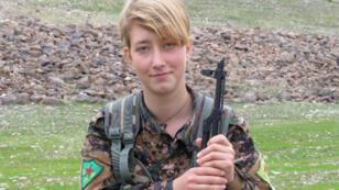 صورة وزعها المكتب الإعلامي لوحدات حماية المرأة الكردية  في 19 آذار/مارس 2018، تظهر المقاتلة البريطانية آنا كامبل مكان مجهول.