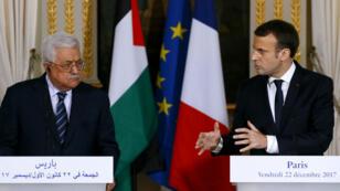 الرئيسان عباس وماكرون خلال مؤتمر صحفي بباريس 22 كانون الأول/ديسمبر 2017