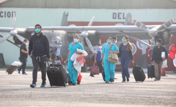 """Liliana La Rosa, decana del Colegio de Enfermeros del Perú, dijo a France 24 que los profesionales, especialmente de enfermería, necesitan garantías de seguridad: """"Nuestra colega bachiller en enfermería se contagió en el primer nivel de atención (una posta) en Loreto. Las enfermeras no estamos protegidas como corresponde""""."""