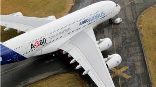 Imagen de archivo. Un ejemplar del gigante A380 con un ala dañada durante el París Air Sho en el aeropuerto de Le Bourget, al norte de París, Francia el 20 de junio de 2011.