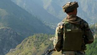 جندي في منطقة كاشمير المتنازع عليها