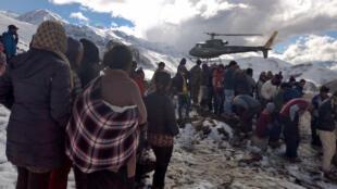 Des hélicoptères de l'armée népalaise sont venus secourir les victimes d'un tempête de neige dans le massif de l'Himalaya au Népal.