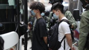 عناصر في الشرطة تقتاد شبابا اعتقلوا لمشاركتهم في احتجاجات خلال العيد الوطني الصيني في هونغ كونغ في 1 تشرين الأول/أكتوبر 2020