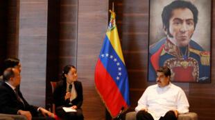 El presidente de Venezuela, Nicolás Maduro, asiste a una reunión con asesores en Caracas, Venezuela, 30 de octubre de 2018.