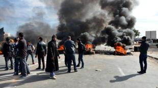 Des manifestants bloquant une route à Ben Guerdane, jeudi 21 janvier.